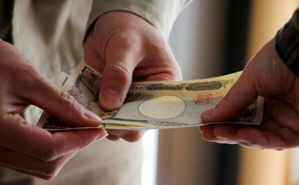 親や友人からお金を借りる