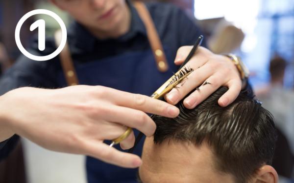 髪をカットしている男性